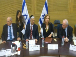 Yonah covering Justice Minister Livni, Attorney-General Weinstein and Head State Prosecutor Moshe Lador at the Knesset